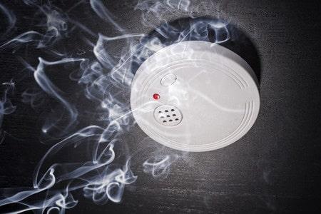 In fast allen Bundesländern gilt bereits jetzt eine Rauchmelder-Pflicht. Wer bis wann nachrüsten muss ist in der Bauordnung der Bundesländer geregelt.