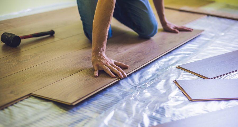 Modernisierende Mängelbeseitigung durch Vermieter - Laminatfußboden statt Teppichboden