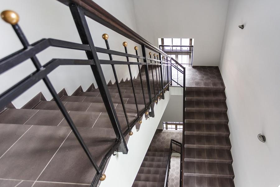 Vermieterhaftung für Sturz des Mieters aufgrund von Nässe im Treppenhaus