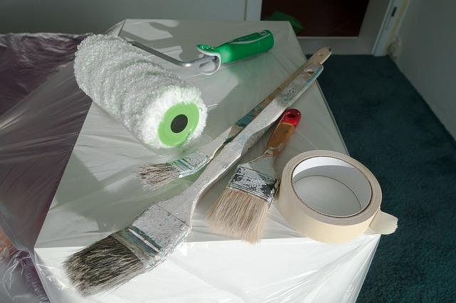 Schönheitsreparaturen: Verschließen von Dübellöchern und einheitlicher Anstrich von Wänden und Decken
