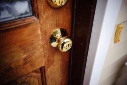 WEG – Verschließen der Haustür zur Nachtzeit – Beschluss zulässig?