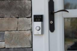 Beseitigung eines elektronischen Video-Türspions eines Nachbarmieters